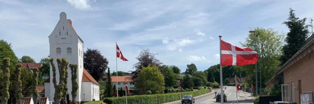 Flagalle foran kirke